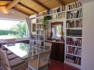 La ristrutturazione Su Misura nella casa di campagna Falegnamerie Design Soggiorno moderno Legno Bianco
