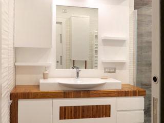Ristrutturazione bagno: Prima e dopo Falegnamerie Design Bagno moderno Legno Bianco