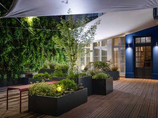 Composition végétale pour Hôtel de prestige avec les jardinières sur mesure IMAGE'IN ATELIER SO GREEN Balcon, Veranda & TerrassePlantes et fleurs Gris