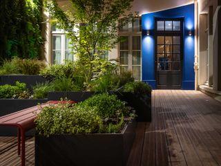 Composition végétale pour Hôtel de prestige avec les jardinières sur mesure IMAGE'IN ATELIER SO GREEN Balcon, Veranda & TerrasseMobilier Noir