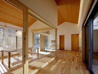 株式会社 森本建築事務所 Pasillos, vestíbulos y escaleras de estilo moderno Madera