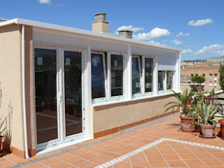 Espacio acristalado con ventanas de PVC en terraza Metalistería Ballesteros SL Ventanas de PVC Blanco