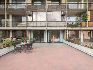 Crescente Böhme Arquitectos Modern balcony, veranda & terrace Glass Black