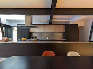 Crescente Böhme Arquitectos Built-in kitchens Wood Black