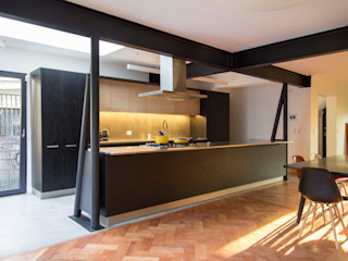 Crescente Böhme Arquitectos Built-in kitchens Iron/Steel Black