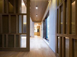 Design Tomorrow INC. Pasillos, hall y escaleras de estilo asiático