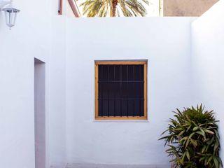 Rehabilitación de una casa típica de la huerta mediterránea Francisco Pomares Arquitecto / Architect Balcones y terrazas de estilo rural Blanco