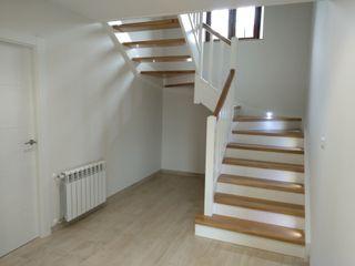 Escalera en madera de Roble, zancas lacadas con detalles Leds Carpinteria Eguren SL Escaleras