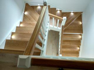 Escalera en madera de Roble, zancas lacadas con detalles Leds Carpinteria Eguren SL Escaleras Madera maciza