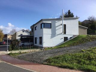 Einfamilienhaus am Hang wir leben haus - Bauunternehmen in Bayern Bungalow Weiß