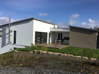Einfamilienhaus am Hang wir leben haus - Bauunternehmen in Bayern Moderne Häuser Weiß