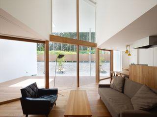 藤原・室 建築設計事務所 Skandinavische Wohnzimmer Holz Braun