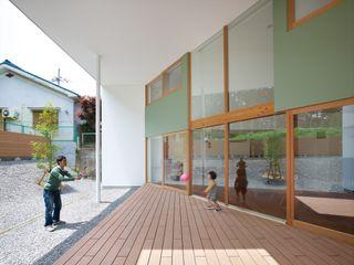 藤原・室 建築設計事務所 Skandinavischer Balkon, Veranda & Terrasse Holz Grün