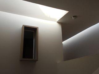 escala1.4 Puertas y ventanas de estilo moderno Concreto reforzado Blanco