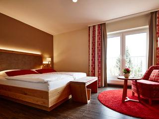 BAUR WohnFaszination GmbH Hoteles Madera Marrón