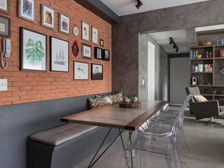 Apartamento Industrial - Concreto e Tijolinhos Rabisco Arquitetura Salas de jantar rústicas Tijolo Laranja