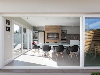 Edícula Gourmet Rabisco Arquitetura Garagens e edículas modernas Madeira Cinza