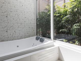 Suíte Master Luxuosa Rabisco Arquitetura Banheiros modernos Vidro Branco