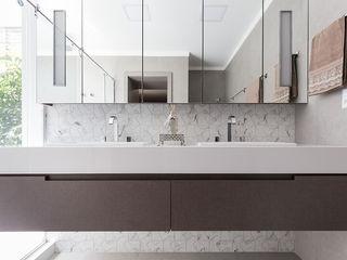Suíte Master Luxuosa Rabisco Arquitetura Banheiros modernos MDF Branco