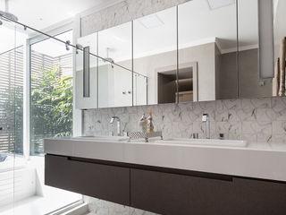 Suíte Master Luxuosa Rabisco Arquitetura Banheiros modernos Azulejo Branco