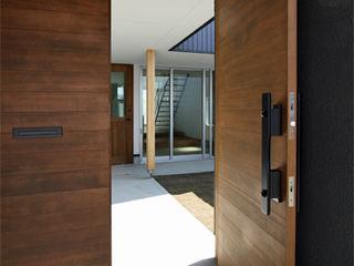 福田康紀建築計画 Modern style doors Wood