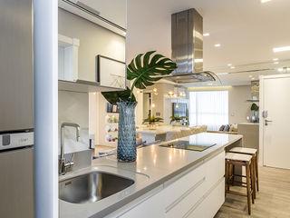 Juliana Agner Arquitetura e Interiores KitchenBench tops Marble White