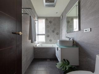 創喜設計 Modern bathroom Tiles Grey