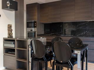 Reforma de un ático moderno en Barcelona ETNA STUDIO Cocinas integrales Mármol
