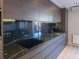 Reforma de un ático moderno en Barcelona ETNA STUDIO CocinaAlmacenamiento y despensa