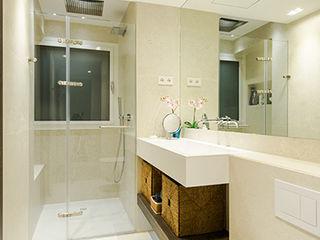 Reformar un apartamento mediano en Barcelona ETNA STUDIO Baños de estilo moderno Cerámico Beige