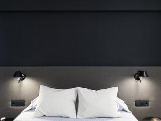Reformar un apartamento mediano en Barcelona ETNA STUDIO DormitoriosCamas y cabeceros