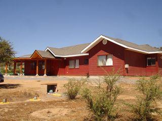 Vivienda González por ARKITEKTURA ARKITEKTURA Casas unifamiliares Compuestos de madera y plástico Rojo