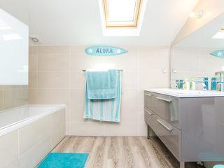 La Maison Des Travaux du Muretain Modern Bathroom Blue