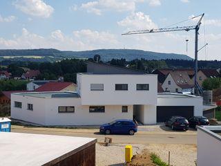 Neubau EFH mit Doppelgarage im Bauhausstil | Projekt DJK a r c h i t e k t u r b ü r o grimm Moderne Häuser