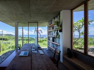 STUDIO COCHI ARCHITECTS Minimalistyczne domowe biuro i gabinet Lite drewno Biały