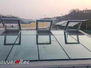 輕鬆開啟大型游泳館天窗,遙控電動天窗 Soon Industrial Co., Ltd. 體育館 金屬 Grey