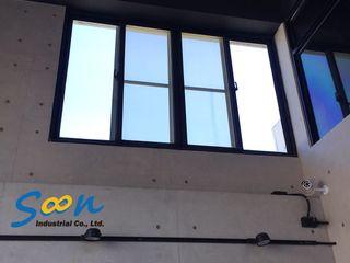 挑高空間,為氣窗裝上電動橫拉窗 Soon Industrial Co., Ltd. 辦公室&店面 金屬 White