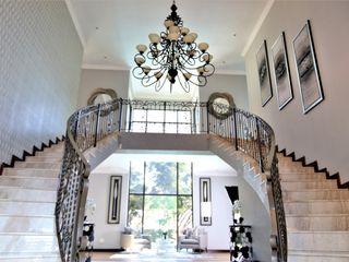 Motama Interiors and Exteriors Corredores, halls e escadas modernos