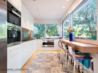 Vivienda particular Lyte Iluminacion Cocinas de estilo moderno Blanco