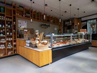 PU Mix gietvloer in delicatessenwinkel en restaurant Franks Smoke House in Amsterdam Oost Motion Gietvloeren Moderne winkelruimten Kunststof Grijs