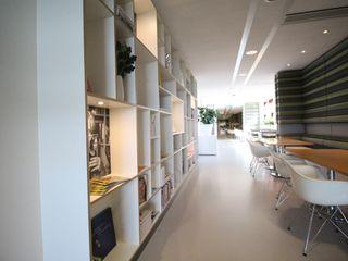 Lichtgrijze PU Mono gietvloer bij Zorgbalans in Haarlem Motion Gietvloeren Moderne gezondheidscentra Kunststof Grijs