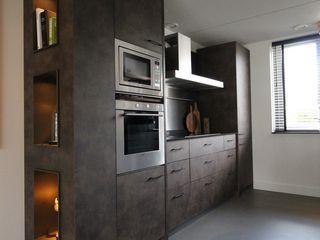 Cementgebonden gietvloer met stoere woonelementen in moderne woning Motion Gietvloeren Vloeren Beton Grijs