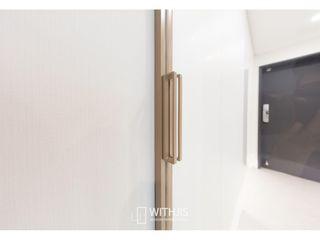 WITHJIS(위드지스) Corredores, halls e escadas modernos Alumínio/Zinco Ambar/dourado