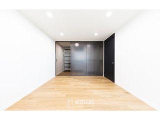 WITHJIS(위드지스) Closets modernos Alumínio/Zinco Castanho