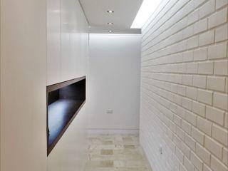 Apartamento en Chulavista RRA Arquitectura Pasillos, vestíbulos y escaleras de estilo minimalista Mármol Blanco