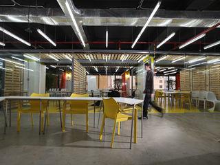 Oficinas Impact Hub Caracas RRA Arquitectura Oficinas de estilo industrial Madera Amarillo