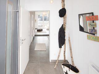 HOMESTAGING Sandra Fischer Corridor, hallway & stairsClothes hooks & stands Wood Multicolored
