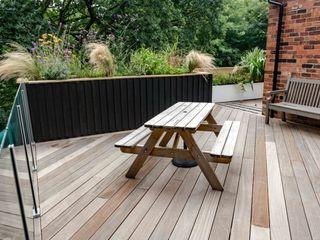 Stockport Deck in the woods Robert Hughes Garden Design Jardines de estilo moderno