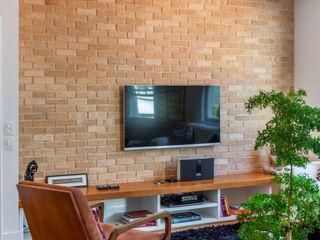 Raquel Junqueira Arquitetura Moderne Wohnzimmer Ziegel