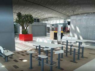 Grands Bacs à arbre STEELAB en aluminium – Gare TGV Montpellier ATELIER SO GREEN Gastronomie moderne Aluminium/Zinc Rouge